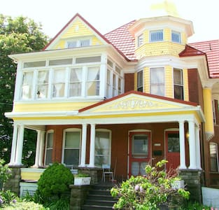 Join us at our Historic Victorian B&B close to the Falls,Casino and Convention Centre.  This spacious room features a king size bed ,fire place and two person jetted tub. Relax here or set out for you daily adventure. We cook a hot breakfast daily.