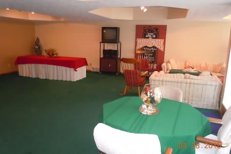 Ranch lower-level walk-out suite - Omaha - House