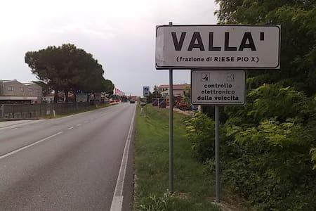 Stanza in perifieria - Vallà - House