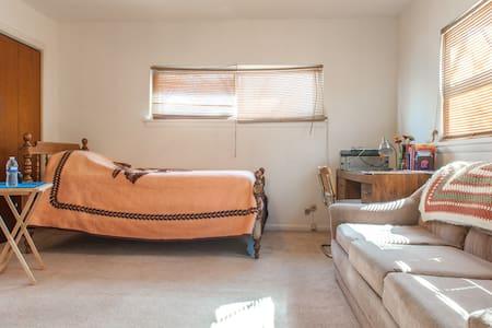 Spacious & Cozy Room w/Private Bath - Highland Park - Apartment