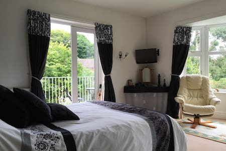 Rooms in heart of Woore village with 2 bedrooms. - Casa