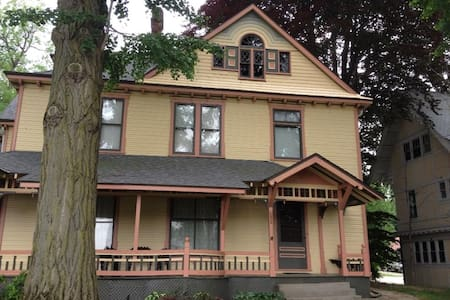 The EG Hill House Inn one room - Bed & Breakfast