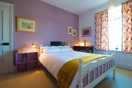 Comfortable double bedroom, on the first floor of our large Victorian family home, 10 minutes walk from the centre of Kendal. There is a private bathroom for guests. We offer breakfast. Parking is available at the rear of the house.