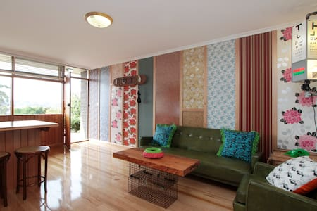 A comfy and colourful 2 BR Unit  tucked away off Liverpool St, within walking distance of many of Hobart's main attractions.  The imaginative and unique interior design make this a fun space in which to stay.