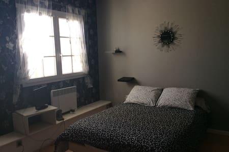 Chambre de 14 m2 toute équipée - Fargues-Saint-Hilaire - Haus