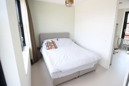 Top floor with private bathroom in East - House