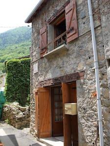 Maison en pierre du pays Le Parédal - Haus