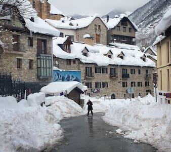 FENOMENAL SALLENT DE GALLEGO/FORMIGAL pistas esqui - Huoneisto