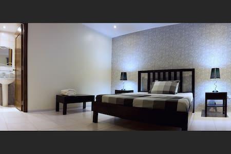 Victoria's Bed & Breakfast - Puerto Galera - Bed & Breakfast