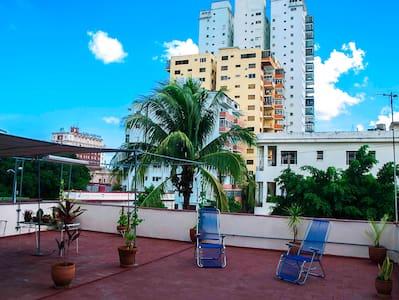 100% Private Apt. & large rooftop! - La Habana