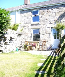 Old stone cottage, quiet location, great views - Casa