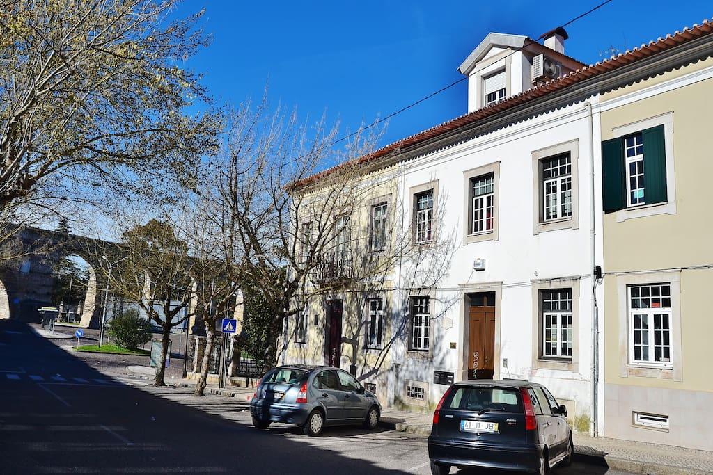 Vista da rua e do edifício (inverno)