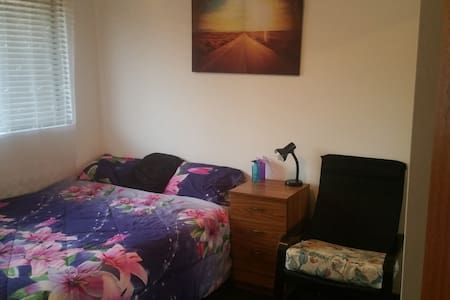 Good sized bedroom, cozy Queen bed  in the CBD - Liverpool - Şehir evi