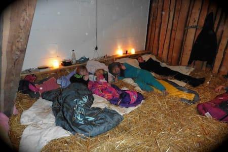 Schlafen im Stroh in der Scheune - Bed & Breakfast