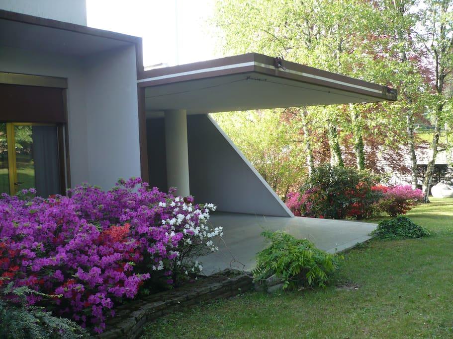 azalee. il portico e lo studio verso il giardino a monte.