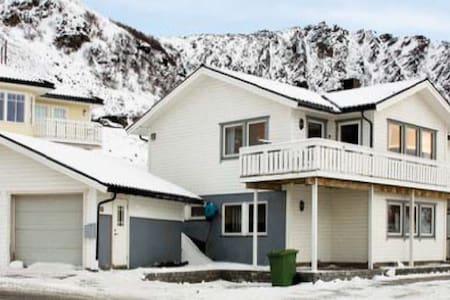 Stort hus med flott utsikt til leie - Rypefjord - Huis