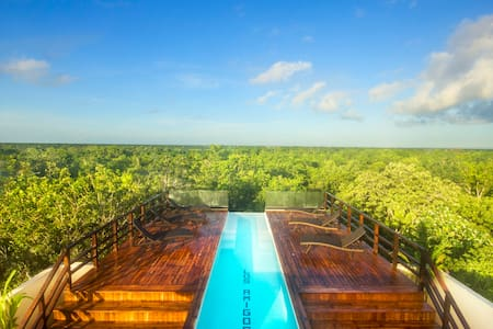 NEW Luxury Suite by Los Amigos with just 5 exclusive units and the most spectacular sky infinity pool and rooftop lounge in tulum. Fast wifi, smart tv, full kitchen, king size bed, free beach bikes, sofa bed, AC, up to 4 people.