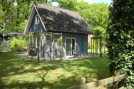 Mooi houten huis op het platteland - Den Ham