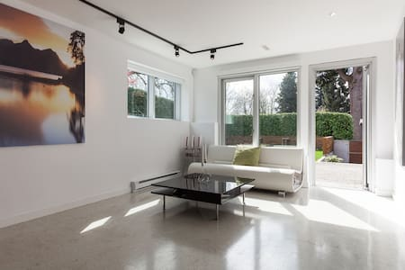 Private Ground Level Guest Room - West Vancouver - House