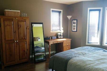 Room in a beautiful spacious and sunny condo - Longueuil - Lägenhet