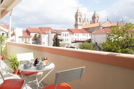 Large, sunny, apartment with 3 rooms, 1 bathroom, 1 toilet, kitchen, dining room, living room and a balcony with a beautiful view in the major Avenue of Braga. Super central location. Connection with all transports at a walking distance. Free Wi-Fi.