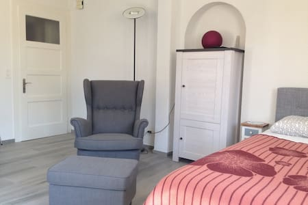 Pretty comfortable one-room apartment with parking - Domdidier - Apartemen
