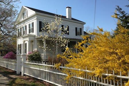 Greek Revival in Historic Wickford - Casa