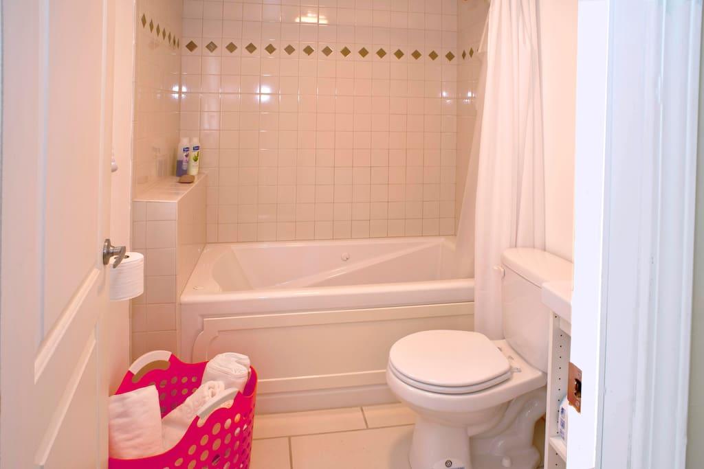 Nice clean bathroom w/ towels.