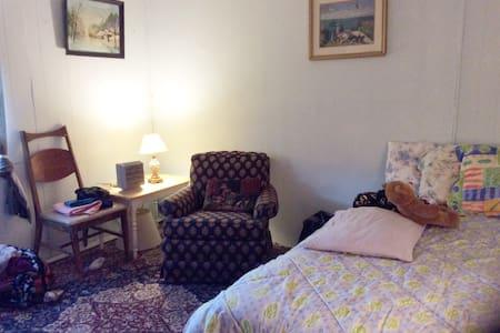 $38/night farm house in field - Oldtown