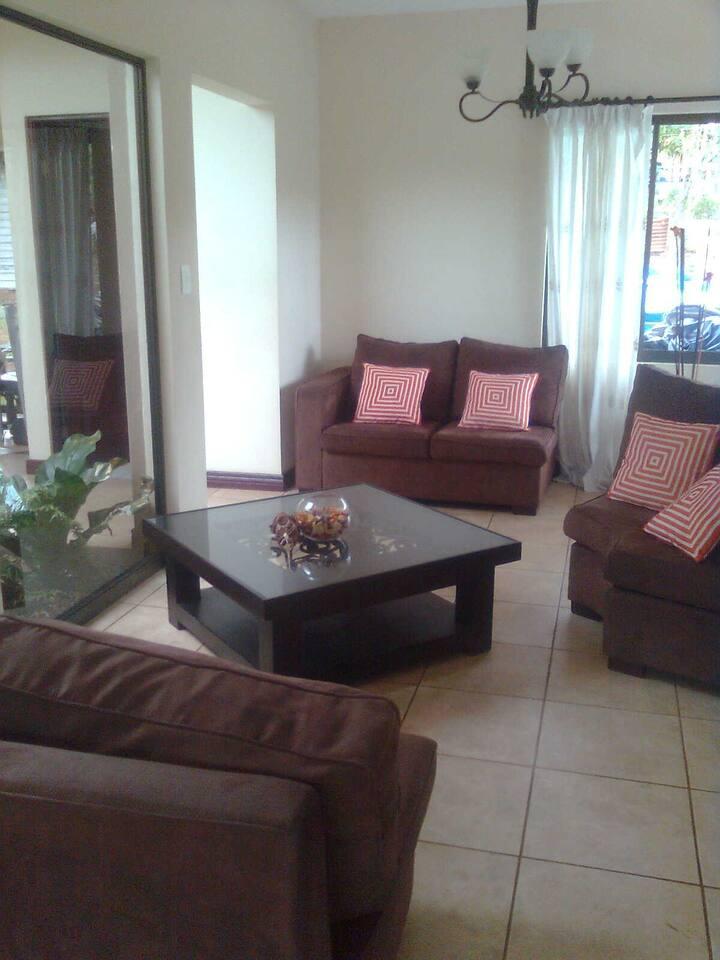 Esta es la sala de estar, es super acogedora porque tiene un jardin interno q da una sensacion de paz.