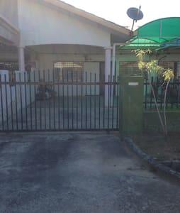 Jammy Omar Resident - Ház