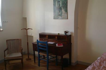 Chambre ds gde maison, Tours coeur de Ville, - Şehir evi