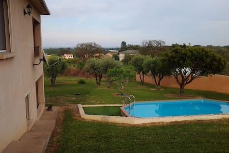 Rez de jardin vue mer, avec piscine - Apartment