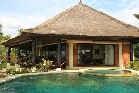 Luxury beachfront villa with staff! - Buleleng - Villa