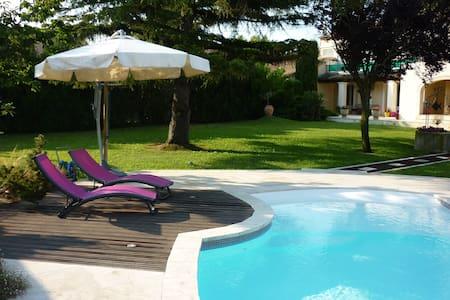 Maison d'amis en rez de jardin, terrasses, piscine - Apartment