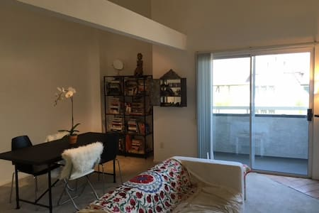 Gorgeous 2 story 1BR 2BA in Beverly Hills private - Los Angeles - Apartment