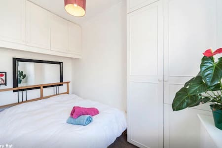 small room by the sea front - Hove - Apartment