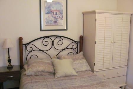 Cosy 2 Room Suite, private entry & private bath - Ház
