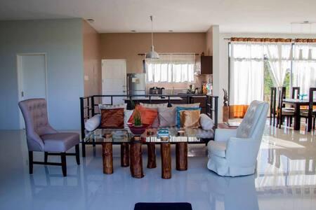 7pax Villa, Huge Lawn,near Tagaytay - Silang - Bed & Breakfast