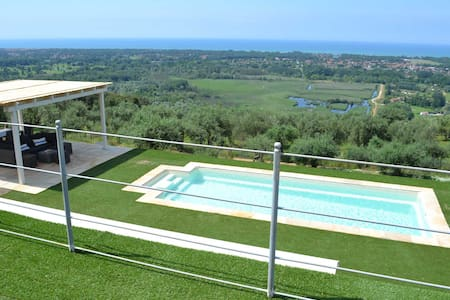 LUXURY VILLA SEA VIEW AND POOL - Huvila