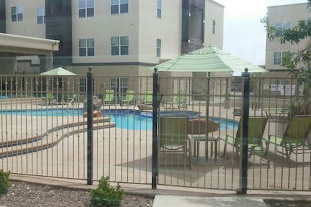 Gated community with pool and gym! - El Paso - Appartement