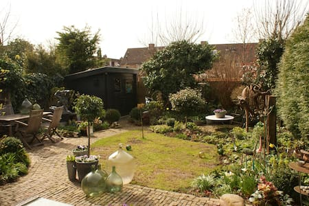 Spacious house with sunny garden - Weesp - House