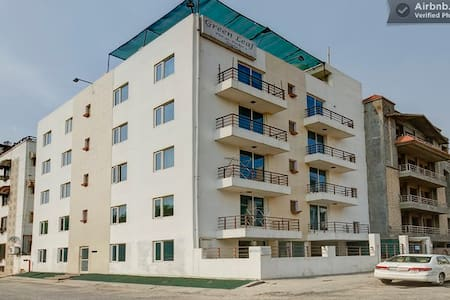 Room type: Entire home/apt Property type: House Accommodates: 2 Bedrooms: 10 Bathrooms: 8+