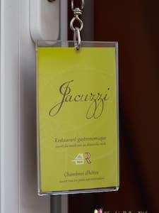 Grande chambre avec Jacuzzi privatif lit king size - Acquigny - Guesthouse
