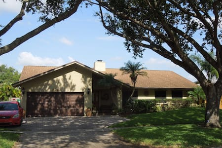 3 BR home with pool close to beach  - Cooper City