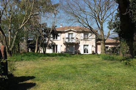 Chambre Pivoine à  L'Ecrin de Vert  - Saint-Alban-du-Rhône - Bed & Breakfast