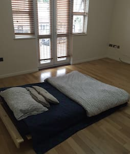 Large Comfy Room - Sky TV - WIFI - Edgware - Maison de ville