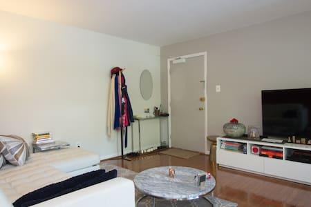 Bright & spacious Arlington bedroom with parking - Arlington - Condominium