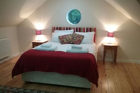 NEW! Spacious double room, ensuite & breakfast - House