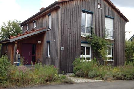 Holzhaus mit Garten - Rumah